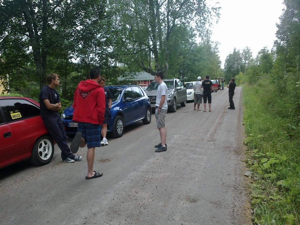 Craig Breen jutteli ennen Ouninpohjan ensimmäistä nuotituskertaa Andreas Mikkelsenin (vas.), Esapekka Lapin (selin) ja Ola Floenen kanssa.