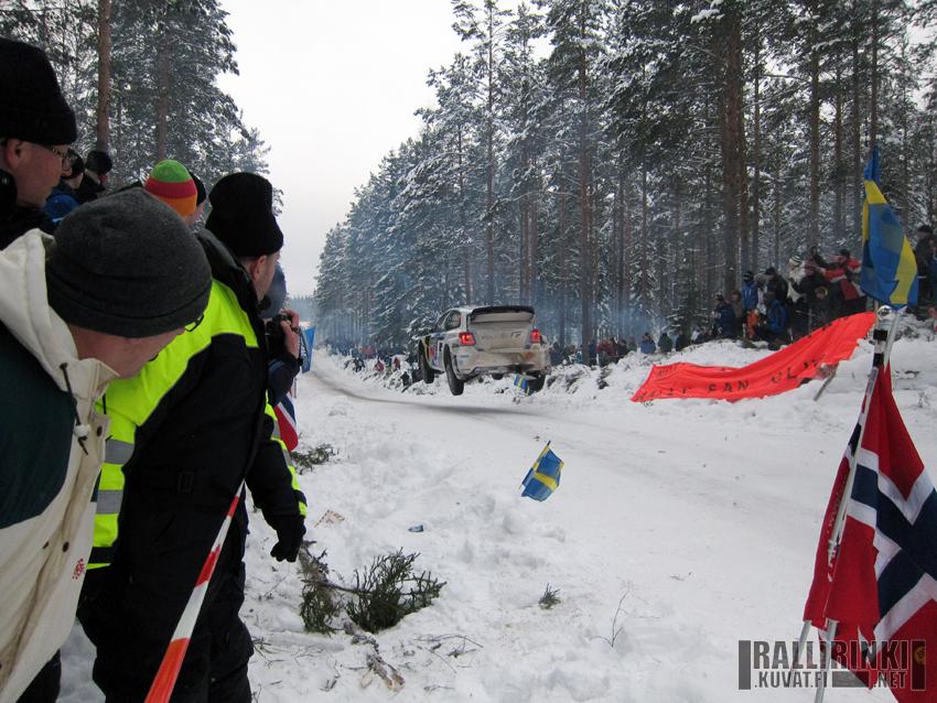 Fredriksbergin kuuluisa hyppysuora oli ehdottomasti rallin paras katselupaikka - joskaan ei välttämättä turvallisin. Kuvassa lentää Jari-Matti Latvala.