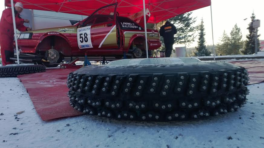 Ilmo Larion Corolla odotteli rallin alkua kylmässä huoltoparkissa. Kisan edetessä Corolla kehitti kuitenkin käyntihäiriön ja kilpailu jäi kesken.