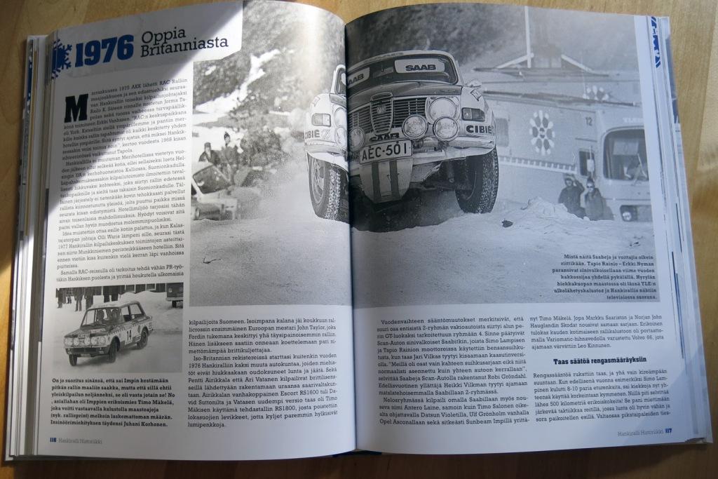 Kirjassa on runsaasti kuvitusta. Tämän aukeaman pääkuvassa Tapio Rainio hyppyyttää Saabia vuonna 1976, tuloksena voitto.