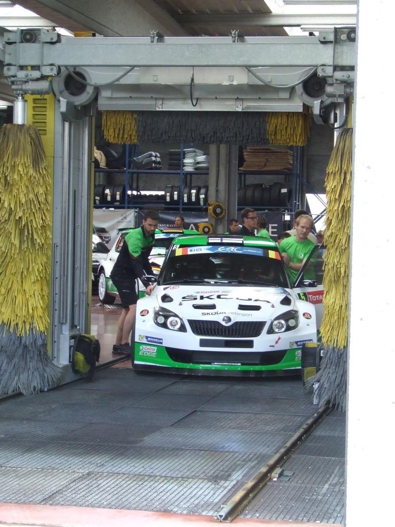 Esapekka Lapin Skoda Fabia S2000 Ypresin katsastuksessa. Tässä rallissa automalli on ollut voittamaton 2010-luvulla.