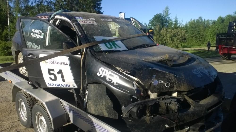 Timo Kuivisen Mitsubishi oli surkea näky, kun sitä nostettiin lavetille. Oikea etukulma ja kylki ottivat pahimmat vauriot.