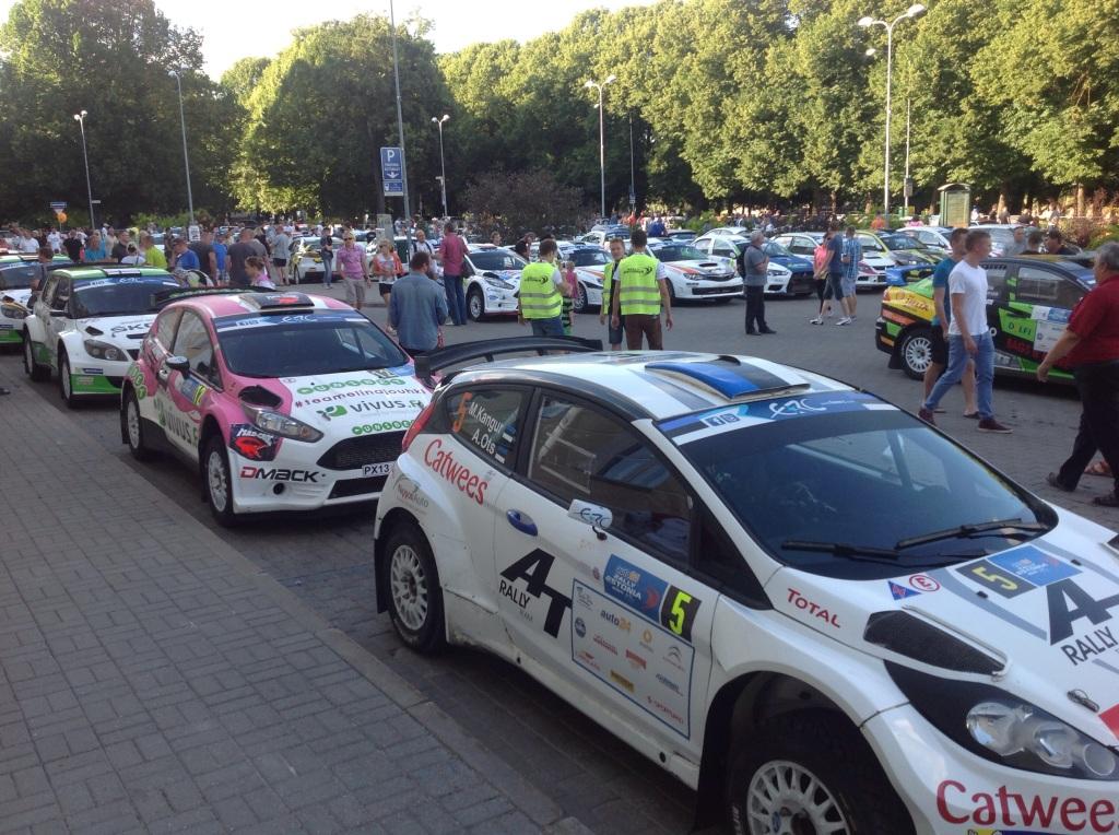 Kilpa-autot laitettiin yhteen parkkiin seremoniallista lähtöä varten ja niihin pystyi kaikessa rauhassa tutustua. Ylimääräisiä raja-aitoja ei Tartossa ollut.