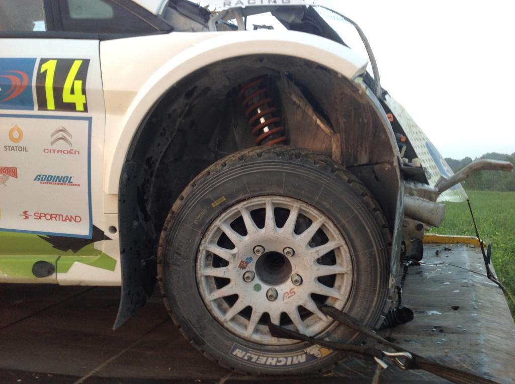 Raul Jeetsin ralli päättyi kovaan osumaan kiveä päin. Fiesta R5:n nokka antoi tällä tapaa periksi.