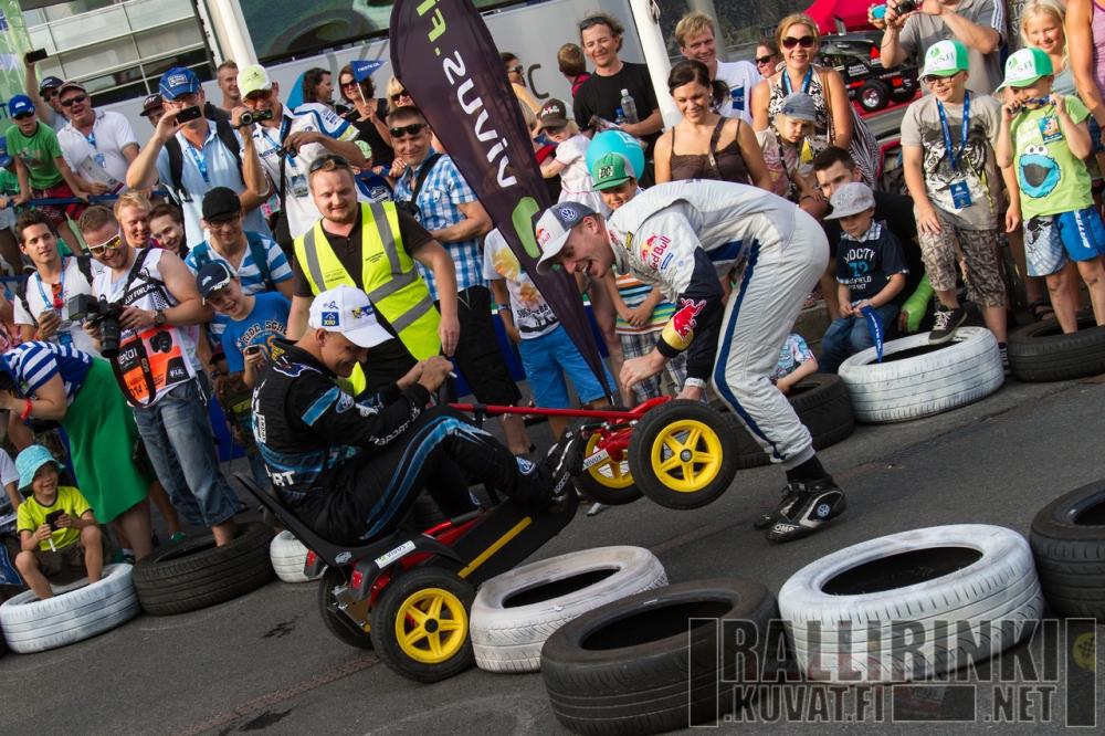 """Jari-Matti Latvalan ja Mikko Hirvosen kesken käytiin keskiviikkoiltana """"Jyväskylä Battle"""" polkuautoilla. Latvala kellotti hyvän kierrosajan tosissaan, mutta Hirvosen ajo meni sekoiluksi."""