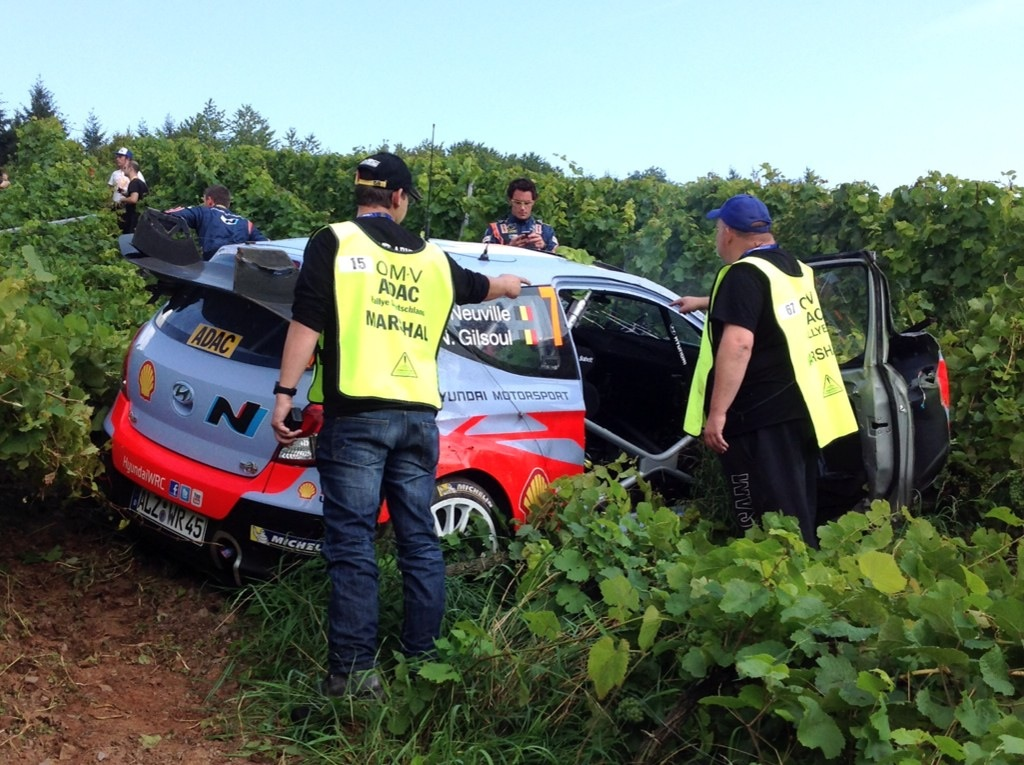 Thierry Neuvillen Hyundai kesti uskomattoman hyvin kuusi kierrosta katon kautta. Se tiesi silti 18 tunnin uudelleenrakentamisurakkaa mekaanikoille. Lopussa kiitos seisoi.
